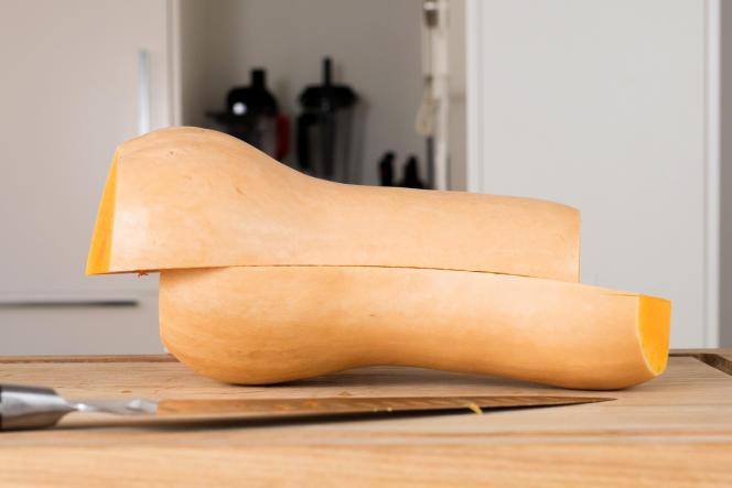 Le Mac MTH-80 est l'un des rares couteaux de notre échantillonnage à avoir réussi à couper droit au travers d'une courge butternut.