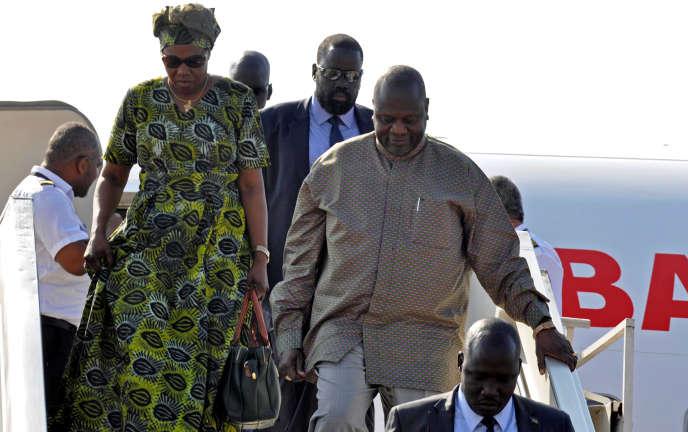 Le chef rebelle et ancien vice-président sud-soudanais Riek Machar arrive avec son épouse à l'aéroport de Juba, le 31octobre2018, après plus de deux ans d'absence.