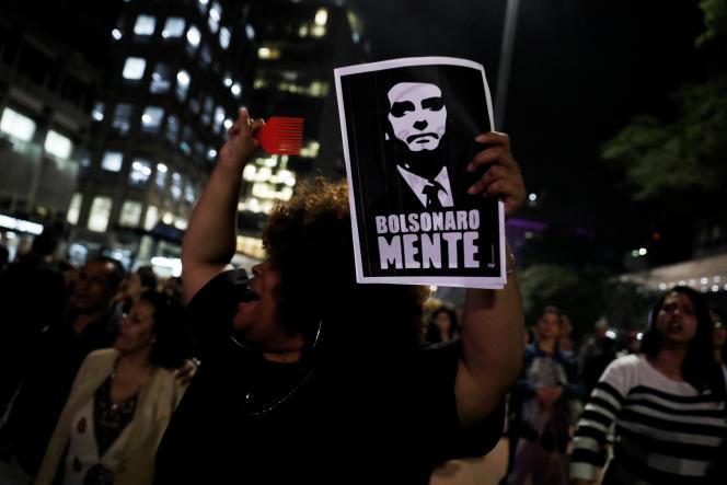 « Bolsonaro ment», peut-on lire sur cette pancarte brandie lors d'une manifestation à Sao Paulo, le 30 octobre.