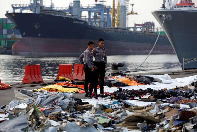 Des effets personnels des passagers du vol de Lion Air retrouvés dans l'eau, et exposés au port de Tanjung Priokà Djakarta.