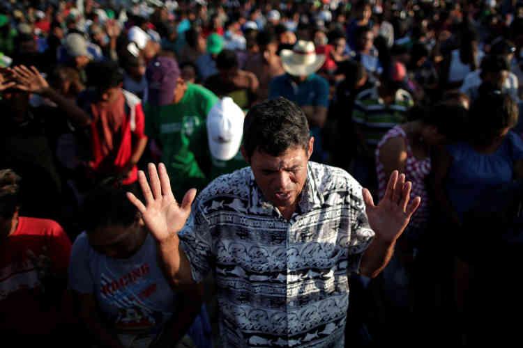 Lors d'une messe, à Juchitan, le 30 octobre. Les membres de cette caravane veulent déposer des demandes de permis transitoire à Mexico avant de reprendre leur route vers les Etats-Unis. Pour l'heure, leur demande n'a pas été entendue.
