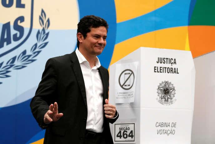 Sergio Moro, dans un bureau de vote de Curitiba, lors du premier tour de la présidentielle brésilienne, le 7 octobre.