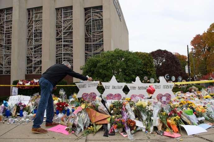 Les hommages se multiplient devant la synagogue de Pittsburgh où a eu lieu l'attentat antisémite.