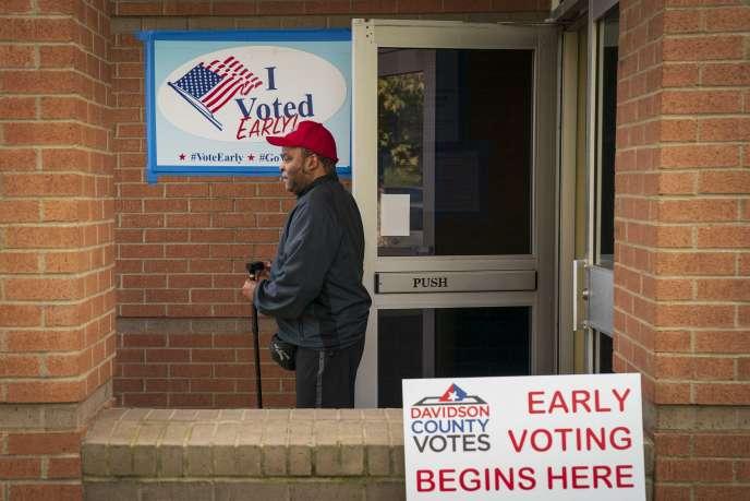 Un électeur à la sortie d'un bureau où le vote anticipé est possible, à Nashville, dans le Tennessee, mardi 30 octobre.