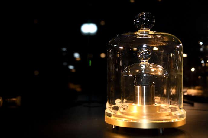 Kilogramme en platine iridié n° 44•, dit « 44 pointé », avec socle et cloches. Fabriqué par Collot en 1864, refondu en 1929 et en 1984.Musée des arts et métiers.