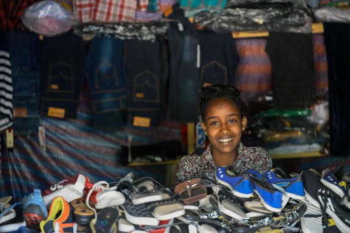 Une jeune fille dans la boutique familiale à Zalambessa, ville éthiopienne frontalière de l'Erythrée, le 3octobre2018.