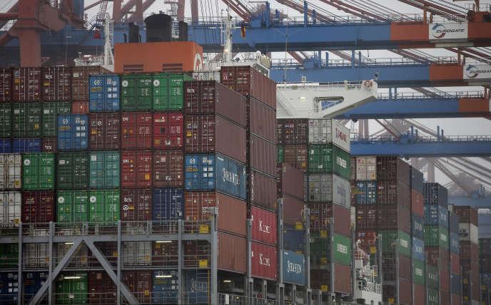 « Le ralentissement chinois a pesé sur les exportations du Vieux Continent». Un porte-conteneur dans le port de Hambourg, en 2014.
