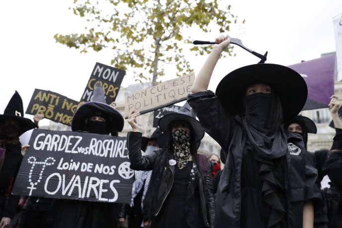 Le Witch Bloc manifestait le 28 septembre 2017 pour le droit à l'avortement. Parmi les slogans :« Gardez vos rosaires loin de nos ovaires. »