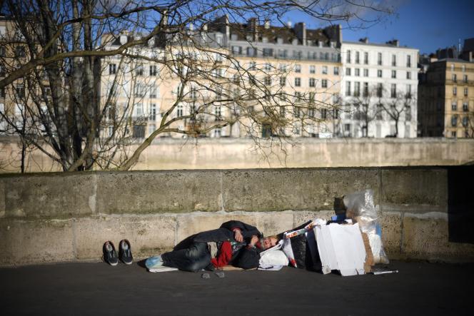 Un sans domicile fixe, à Paris, en décembre 2017.