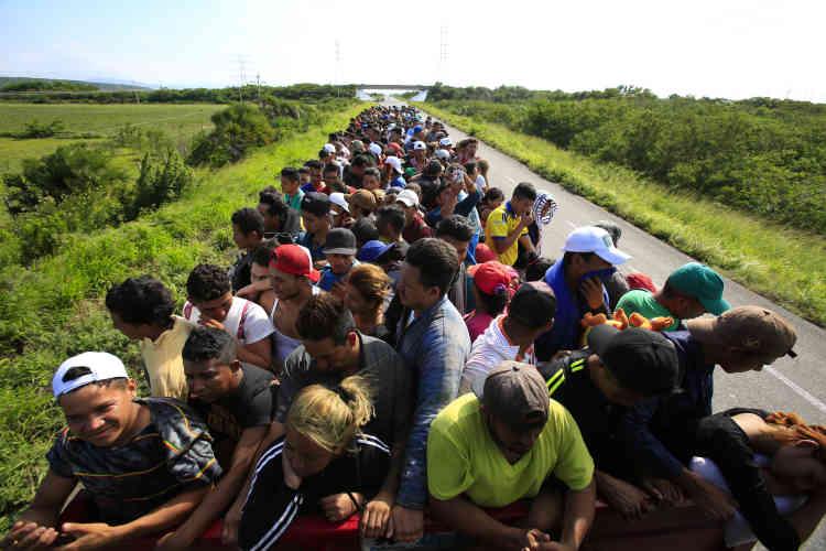 Entre Niltepec et Juchitan, le 30 octobre.Craignant une « invasion » de son pays par ces migrants centraméricains, le président Donald Trump va déployer plusieurs milliers de soldats à la frontière américano-mexicaine, qui s'ajouteront aux quelque 2 100 membres de la garde nationale déjà mobilisés.