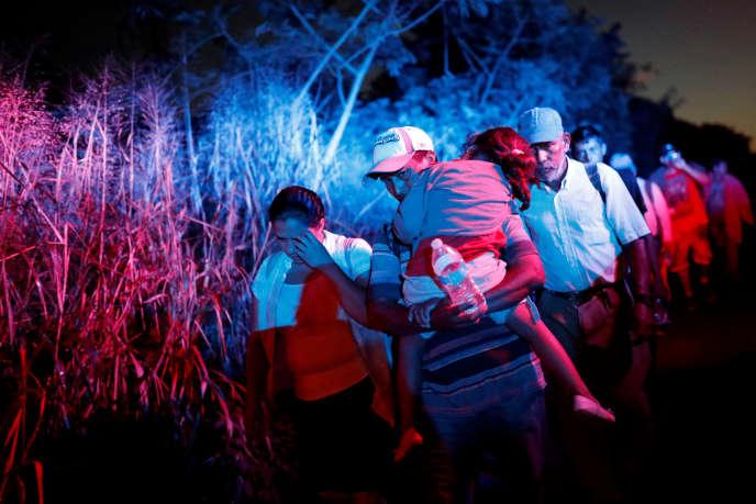 Des membres de la «caravane» sur la route de Huixtla, à proximité de Tapachula, au Mexique, le 31 octobre.