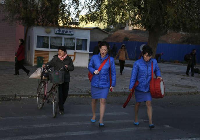 Des femmes nord-coréennes traversent une rue à Pyongyang, le 27 octobre.