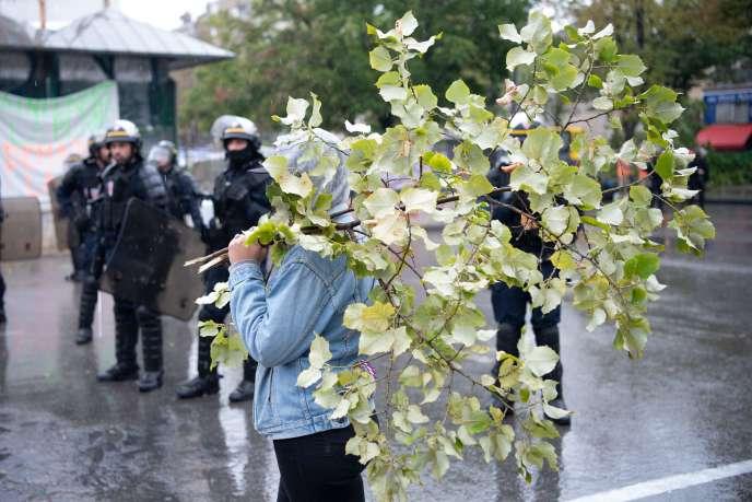 Une femme manifeste contre l'abattage d'arbres sur la place Jean Jaurès à Marseille.