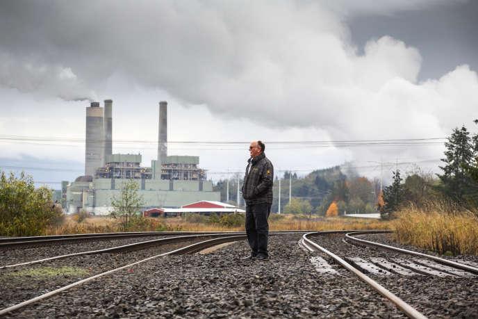 Bob Guenther devant la centrale où il a travaillé pendant trente-quatre ans en tant que machiniste, à Centralia, dans l'Etat de Washington, le 30 octobre.
