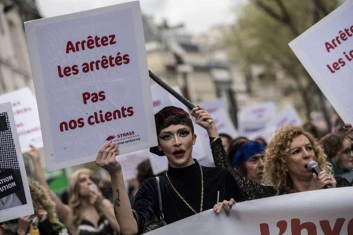 Le 14 avril, deux ans après le vote de la loi de pénalisation des clients, les travailleurs du sexe défilaient dans la rue.