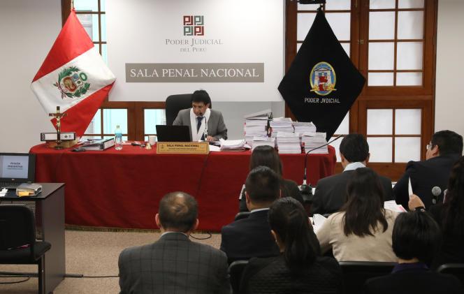 Le juge qui enquête sur l'affaire Odebrecht, devantla dirigeante du parti d'opposition Fuerza popular, Keiko Fujimori, qui se trouve en détention préventive.