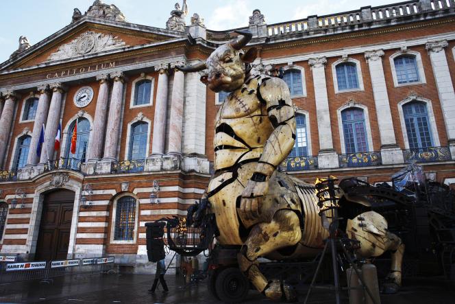 Le Minotaure, alias Astérion, vedette du «Gardien du temple», de François Delaroziere, devant le Capitole à Toulouse, le 1er novembre.