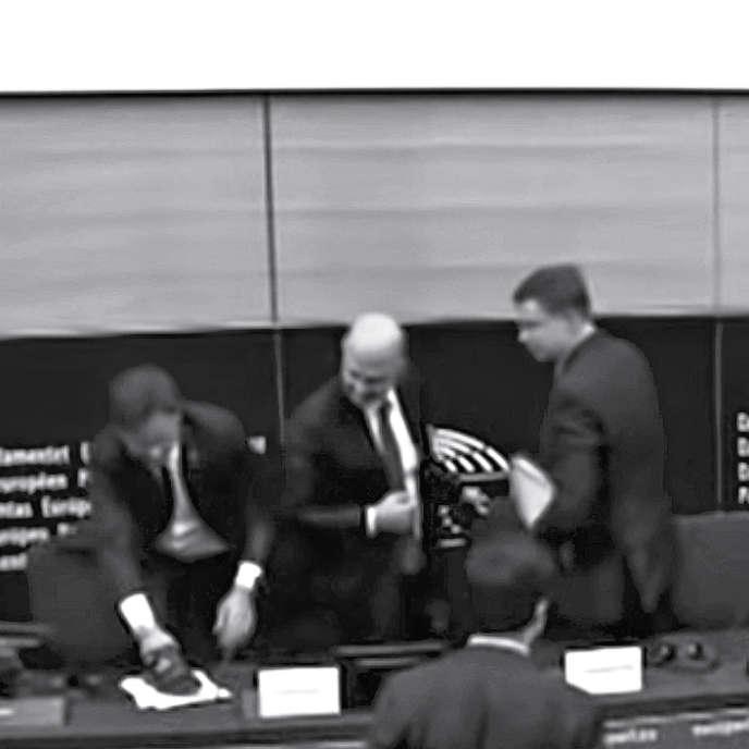 Angelo Ciocca proteste au Parlement européen, le 23 octobre 2018.