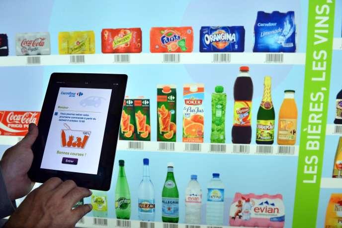 Un consommateur scanne des produits de consommation courante en vente dans une grande surface à Lyon.