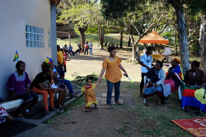 Des Néo-Calédonien lors de la réunion de clôture de la campagne du Front de libération nationale kanak et socialiste (FLNKS), à Nouméa, sur le territoire français d'outre-mer de Nouvelle-Calédonie, le 30 octobre.