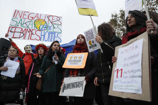 Des femmes manifestent en faveur de l'égalité salariale entre hommes et femmes, place de la République, à Paris, en novembre 2016.