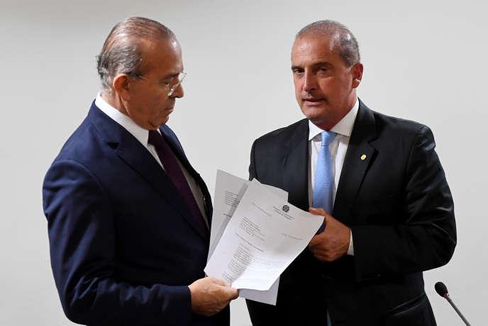 Le futur chef du gouvernement brésilien, Onyx Lorenzi, et son prédécesseur Aliseu Padilha, à Brasilia, le 31 octobre.