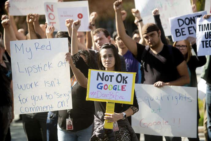 Des employés de Google ont quitté leurs bureaux pour manifester devant le Googleplex, à Mountain View, (Californie), le 1er novembre.