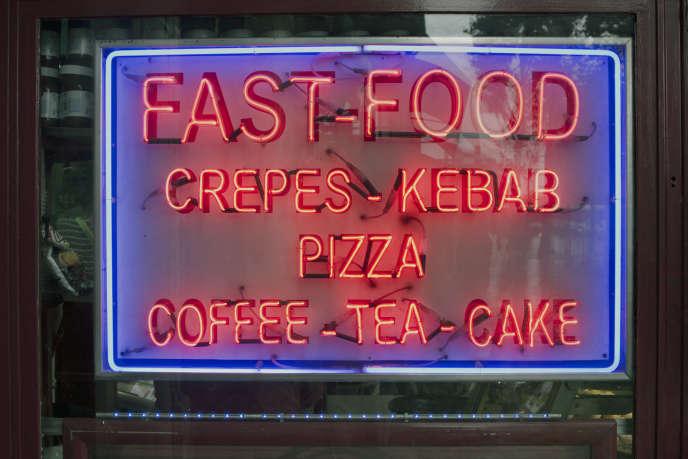 Seule alternative au restaurant absent, le fast-food, qui sert jusque tard le soir.