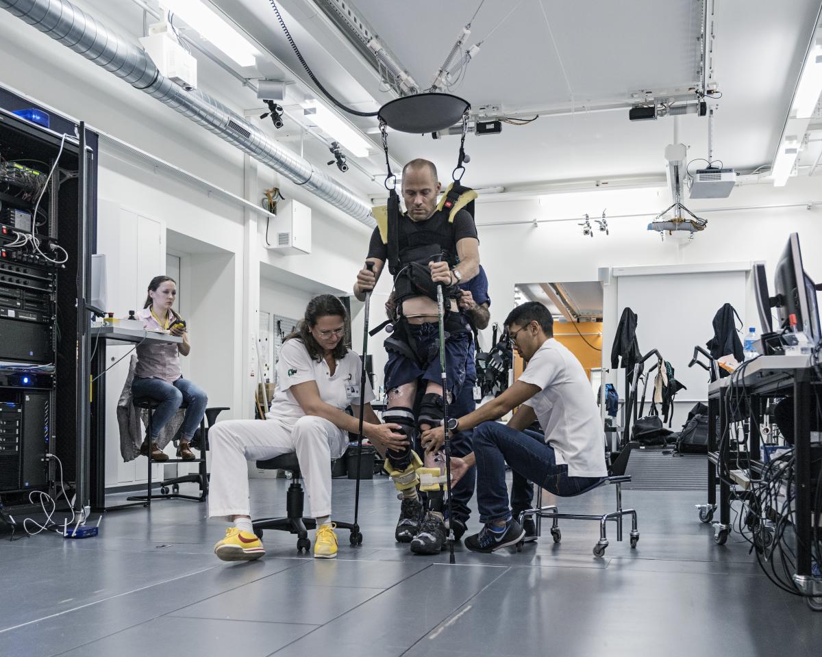 Le 31 octobre 2017, au Centre hospitalier universitaire vaudois, à Lausanne. Début des essais cliniques de l'étude STIMO (Epidural Electrical Simulation With Robot-assisted Rehabilitation in Patients With Spinal Cord Injury).