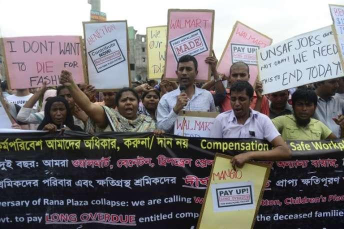 Des membres du syndicat des travailleurs du textile manifestent à Dacca pour marquer le deuxième anniversaire de la catastrophe de l'immeuble du Raza Plaza qui s'était effondré deux ans plus tôt, au mois d'avril 2013,faisant plus de 1 000 victimes parmi les ouvriers présents dans les ateliers à ce moment-là.