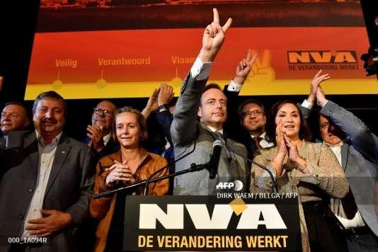 Bart De Wever (au centre) célèbre la victoire de son parti, la NVA, aux élections municipales, à Anvers, le 14 octobre 2018.
