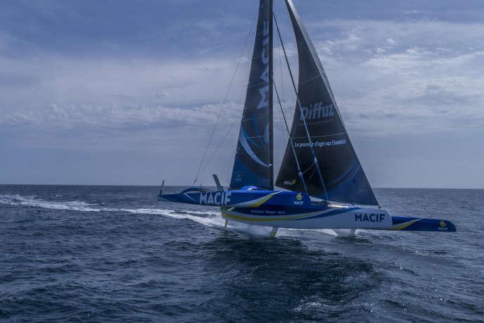 Equipé pour voler au-dessus de l'eau, le maxi-trimaran «Macif» de François Gabart, un des Ultimes de la Route du rhum.