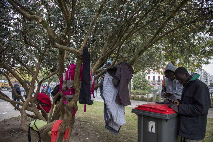 Migrants venus d'Afrique, en transit place des Basques à Bayonne (Pyrénées-Atlantiques), le 26 octobre.