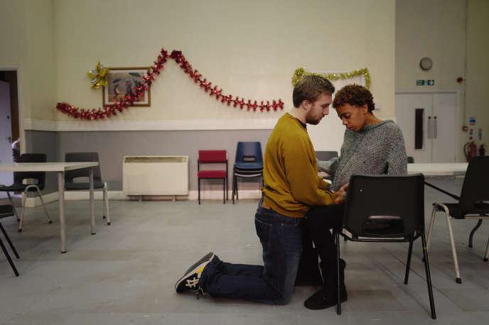 Les acteurs Luke Clarke et Janet Etuk dans «LOVE», lors d'une répétition au National Theatre de Londres.