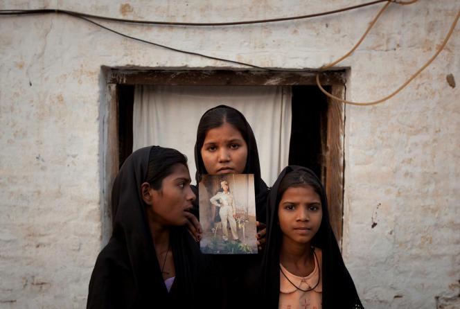 Les filles d'Asia Bibi posent avec une image de leur mère, à Sheikhupura (Pakistan), le 13 novembre 2010.