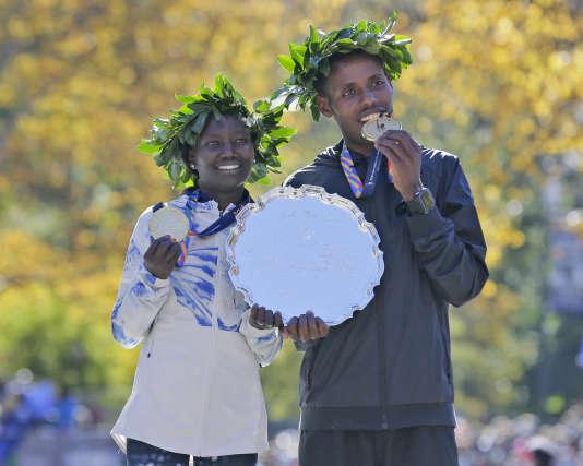 Mary Keitany (à gauche) et Lelisa Desisa après leur victoire respective au marathon de New York, le 4 novembre.