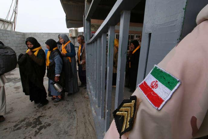 Des Iraniens traversent la frontière irakienne, le 4 novembre àShalamcheh.