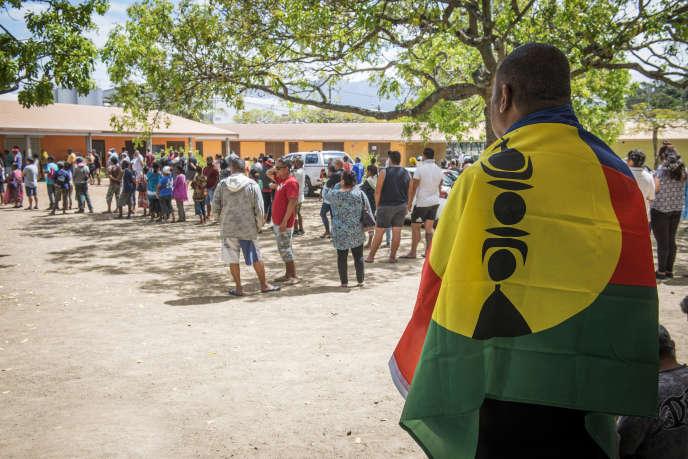 Sur l'ensemble de la Nouvelle-Calédonie, le taux de participation des électeurs au référendum s'établissait à 41,81 % à la mi-journée du 4 novembre.