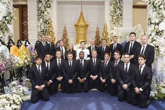 Les joueurs et l'encadrement du club de Leicester auprès du fils du président décédé,Aiyawatt Srivaddhanaprabha, au centre, le 4 novembre.