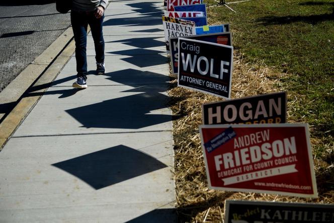 Des panneaux de campagne dans un quartier de Potomac (Maryland), le 25 octobre.