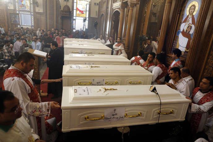Les cercueils des coptes tués vendredi à Minya.