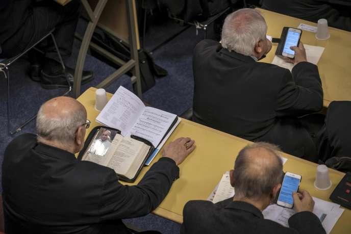 Lors de la prière en commun à l'ouverture de la Conférence des évêques de France, à Lourdes (Hautes-Pyrénées), le 3 novembre.
