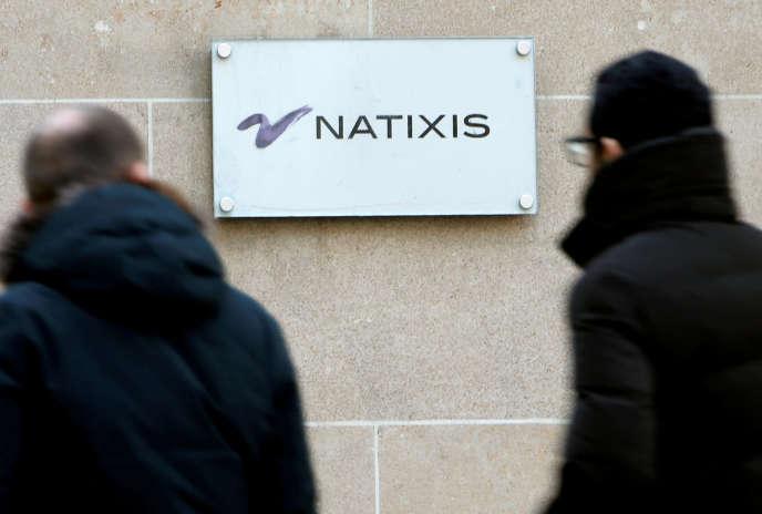 Devant des bureaux de Natixis, à Paris, en 2013.