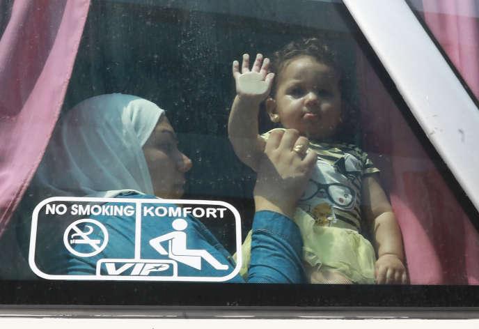 Une réfugiée et son enfant dans un bus de retour vers la Syrie, le 17 septembre à Beyrouth.