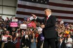 Les soutiens de Donald Trump l'applaudissent, aéroport Middle Georgia de Macon, Géorgie, 4 novembre 2018.