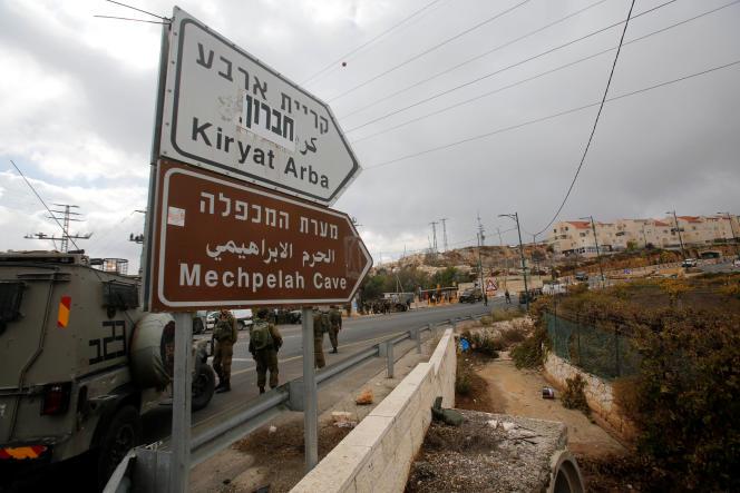 Des troupes israéliennes postées près de la colonie de Kiryat Arba, près d'Hébron, en Cisjordanie, le 5 novembre.