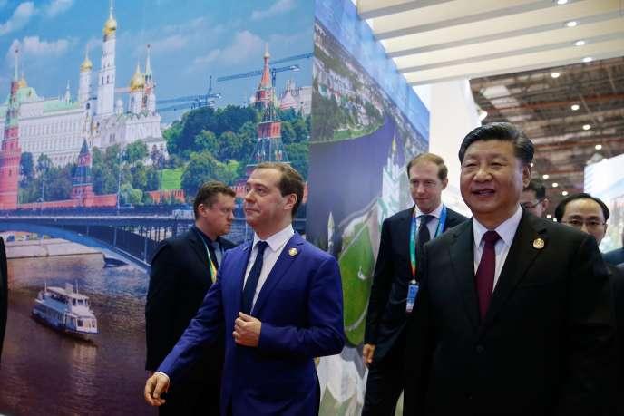 Le premier ministre russe, Dmitri Medvedev, et le président chinois, Xi Jinping, à l'Exposition internationale d'importation, à Shanghaï, lundi 5 novembre.