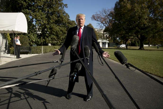Donald Trump s'adresse à la presse, à la Maison Blanche, avant son départ pour une série de meetings, le 4 novembre.