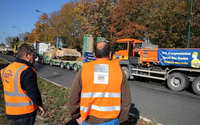 Opération escargot d'entreprises de travaux publics, lundi 5 novembre à Reims.