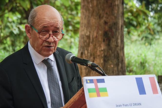 Le ministre des affaires étrangères, Jean-Yves Le Drian, à Bangui, le 2 novembre.